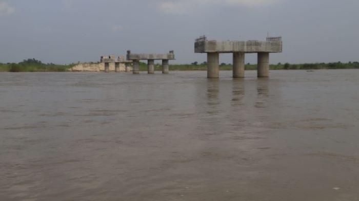ठेकदारले पुल नबनाउँदा हुलाकी राजमार्ग संचालनमा आएन